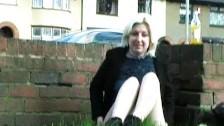Młoda blond ekschibicionistka