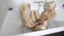 Dwie laseczki w wannie