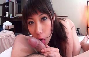 Seksowna Azjatka ciągnie