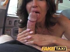 Czarnowłosa mama liże jego pałkę w taksówce