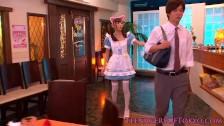 Japonka w stroju kelnerki
